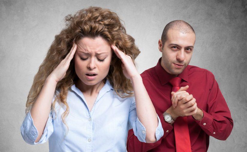 Как я устала, хочу уволиться: начальник-тиран трепет мне нервы, а муж гонит обратно из-за денег