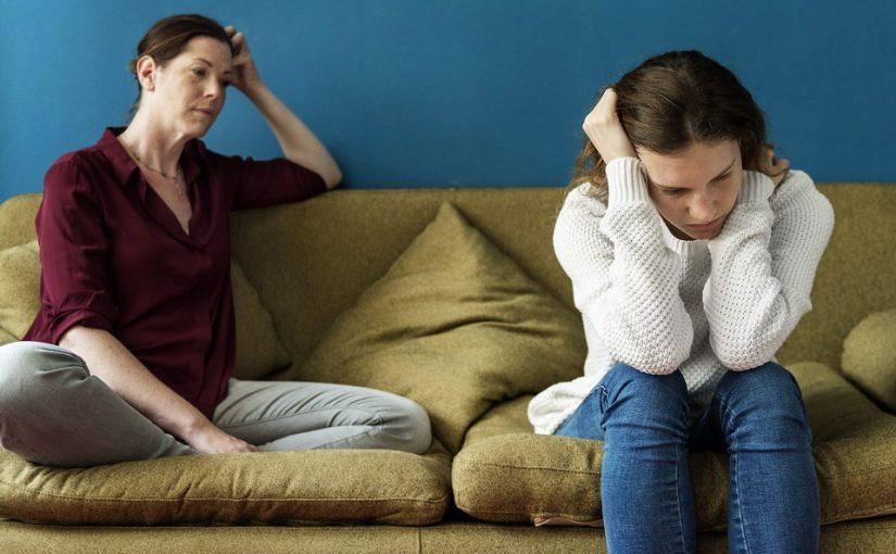 Живём у родителей, но силы на исходе: муж помирил меня с ними, уважает, но не знает, что мать говорит за его спиной