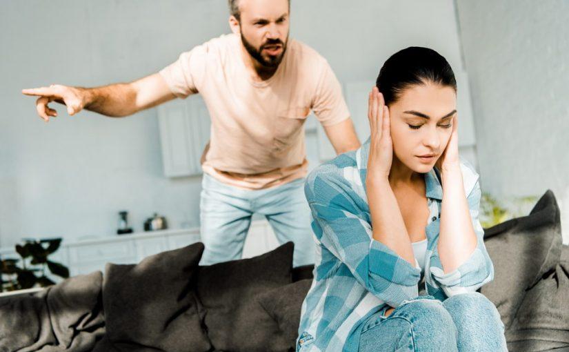 Застала мужа с любовницей - выставил из квартиры…меня, да ещё лекцию прочитал, мол сама виновата – мало внимания ему