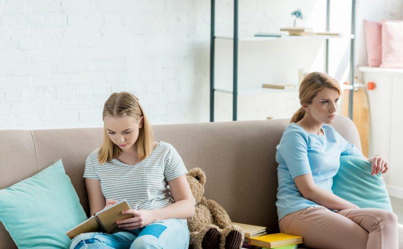 Мама сидит с моей дочкой, пока я учусь. Но теперь она сама надумала поступать в университет. Ну, зачем ей это в 43 года?