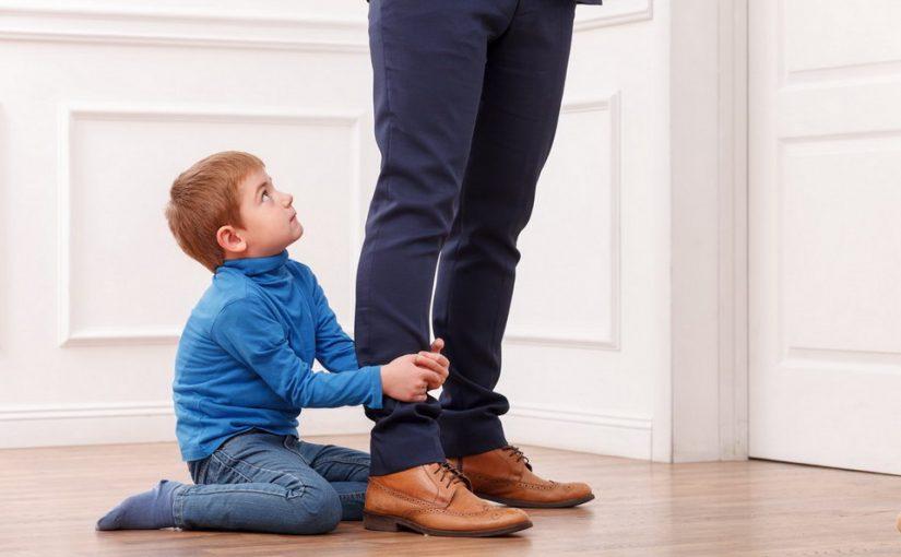 Муж старшего сына балует и обожает, а младшего даже на руки не взял. Почему такое разное отношение к своим детям?