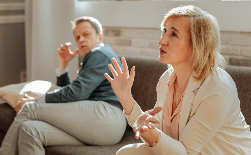 Мама вдруг взялась за воспитание моего мужа, 22 года он её устраивал, а сейчас — нет. Как все решить мирным путем?