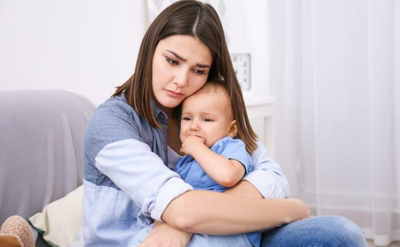 Разрываюсь между мужем и мамой. После рождения ребенка он запретил давать на руки дочку родителям