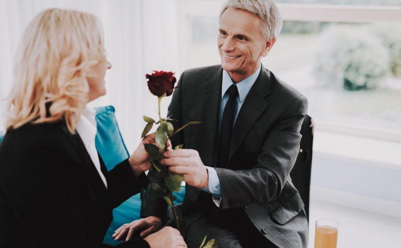 Женатый начальник, стал делать неприличные намеки, а я и уволиться не могу. Как поступить?
