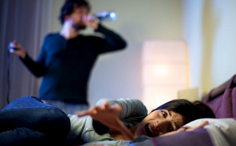 Муж начал пить и грозится выгнать нас детьми из квартиры. Страшно, что я попросту останусь на улице