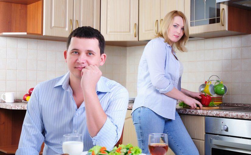 Жена быстро набирает вес. Уже прямо говорю: «Не ешь столько» А у неё одно оправдание– это после родов. Как её вразумить?