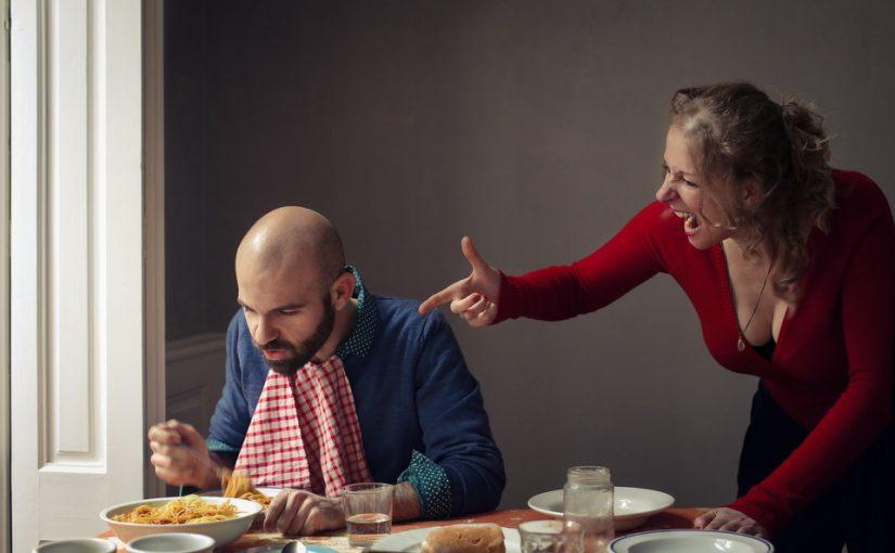 Мужчина просит готовить ему еду, но денег на это не дает