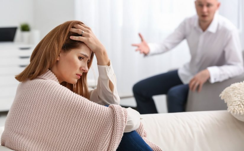 Живём у меня, но муж решил тратить наши деньги на ремонт в своей квартире. Возразила - заговорил о разводе, нормально?