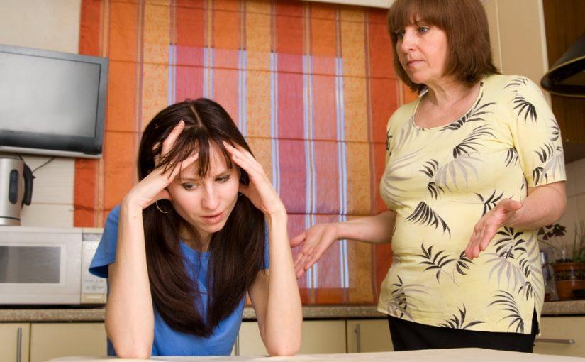 Мама постоянно недовольна моим мужем. Устала от их не любви, как их примирить?