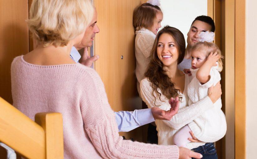 Муж всегда на праздники тащит нас с детьми к своим родным. А я хочу, чтобы мы были в кругу своей семьи. Кто прав?
