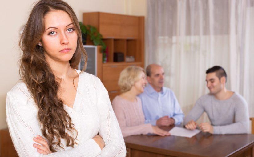 Пока нет работы живём с родителями мужа. Никакого такта: ведут себя, будто я приживалка в квартире у мужа, а не наоборот