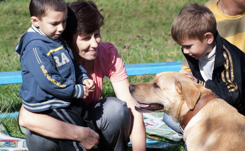 Соседка отдала своего сына бывшему мужу, а сама забирает его на выходные выгуливать собаку. Разве это мать?