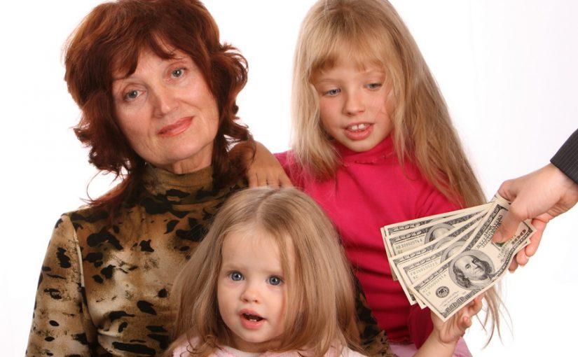Я считаю, что бабушки могут сидеть с внуками, но только платно – как няни, по договорным ставкам. Мы своей тёще платили