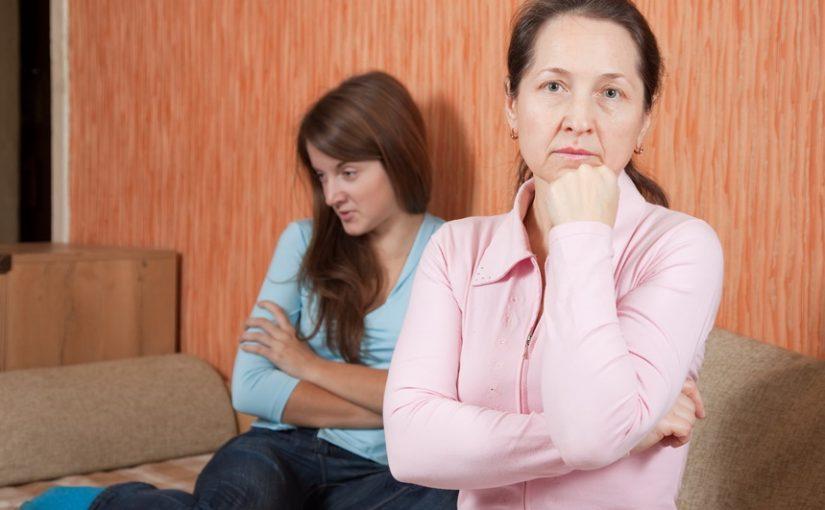 На всём экономили, но дочку устроили: ВУЗ, работа, квартира. Но «пустой муж» надоумил всё бросить и уехать. Где голова?