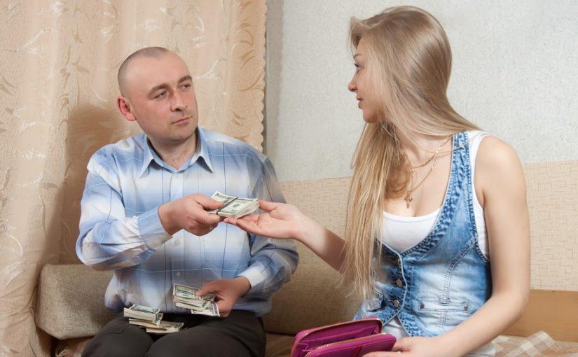 Обидно. Чувствую, что я у супруга вызываю желание на всём экономить. Зато с первыми детьми его щедрость не знает границ