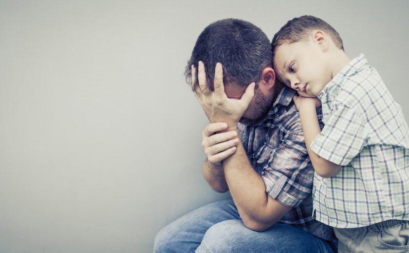 У меня есть ребёнок на стороне, но живу с женой из жалости. Она всё знает, плачет, но так и живём. Кто должен уйти?